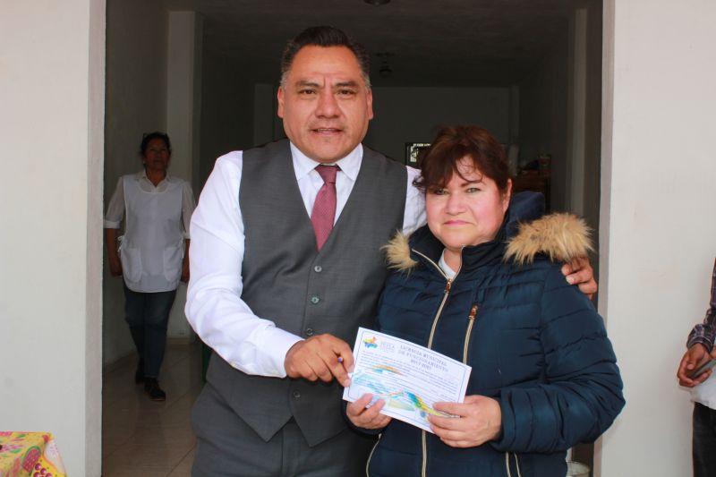Entrega alcalde de Tetla licencias de funcionamiento en Chiautzingo