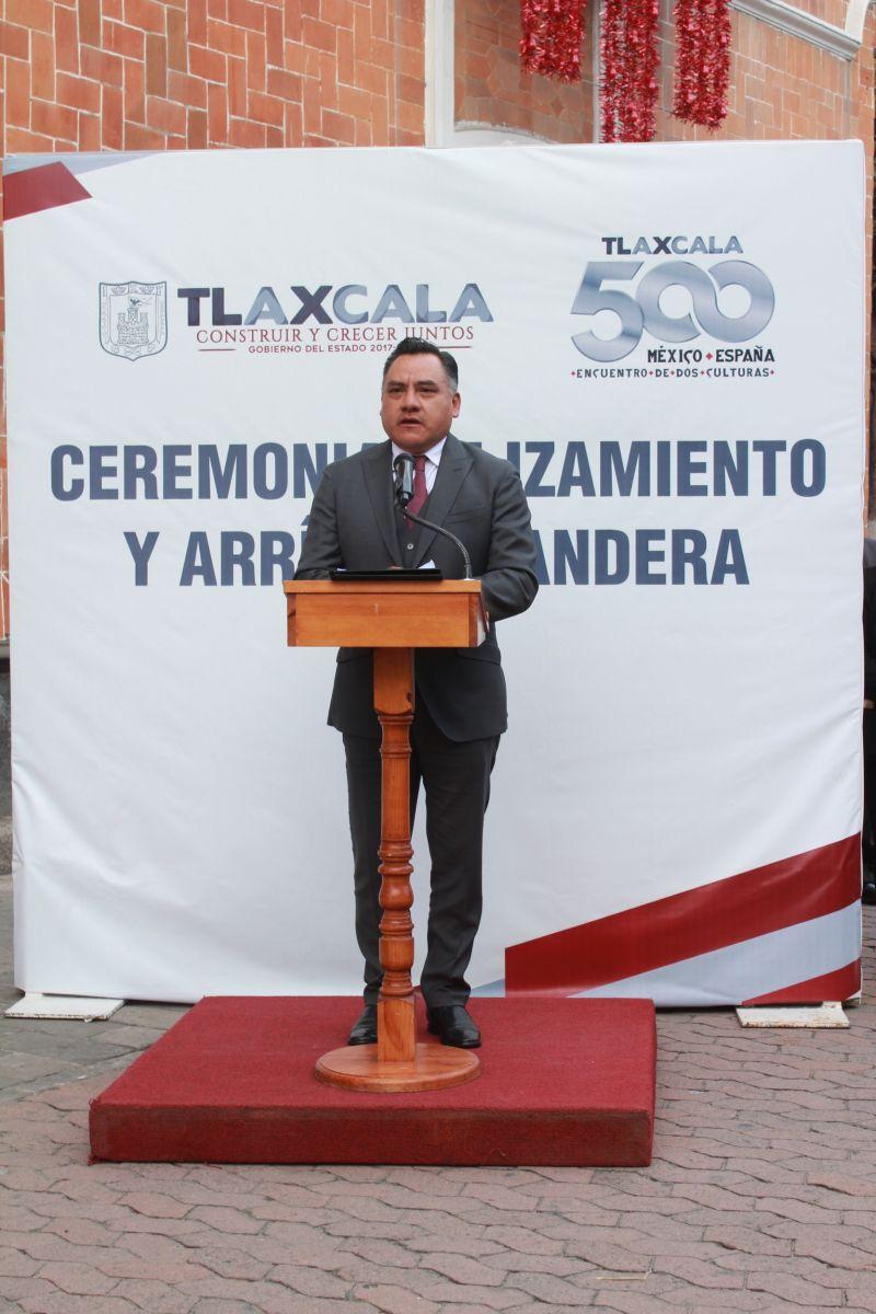ENCABEZA ALCALDE DE TETLA CEREMONIA DE ARRÍO DE BANDERA EN PALACIO DE GOBIERNO