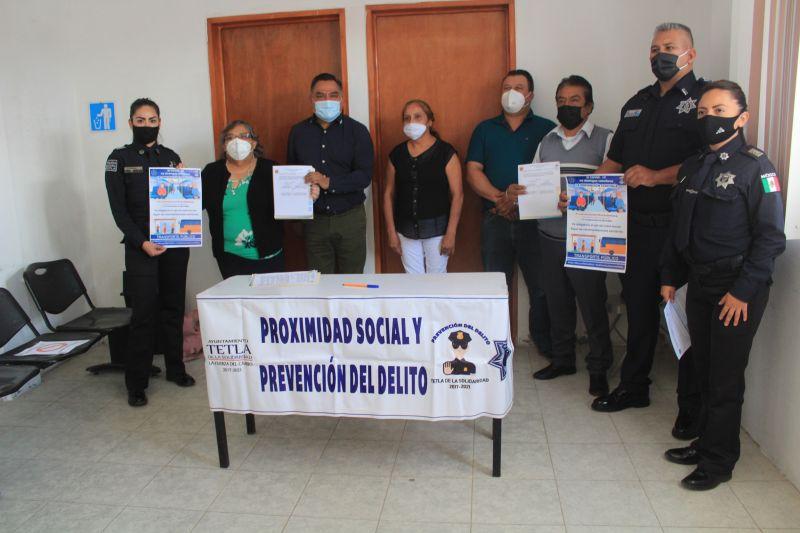 Firman Ayuntamiento de Tetla y transportistas acuerdo para transporte protegido.