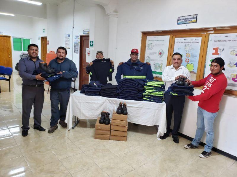 Entregan en Tetla dotación de uniformes a trabajadores de recolección de basura.